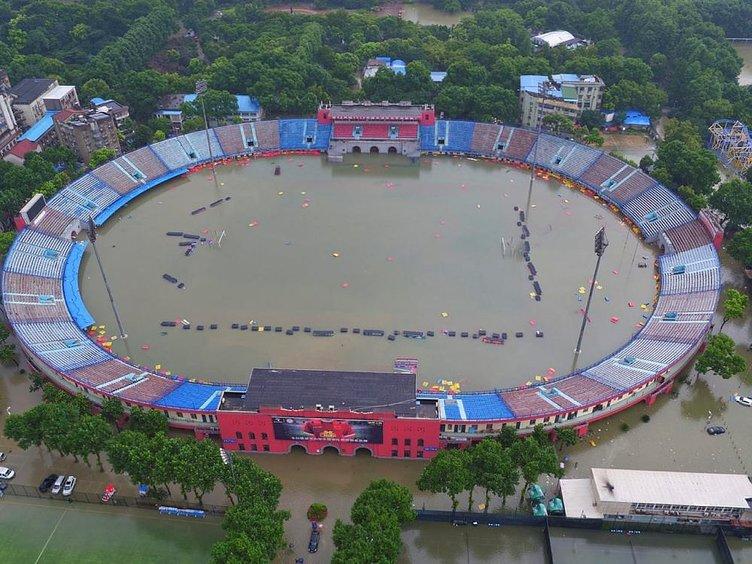 Çin'de sel, stadyumu havuza çevirdi!