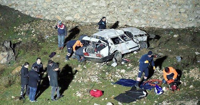 İki otomobil, peş peşe dereye uçtu: 3 ölü, 8 yaralı