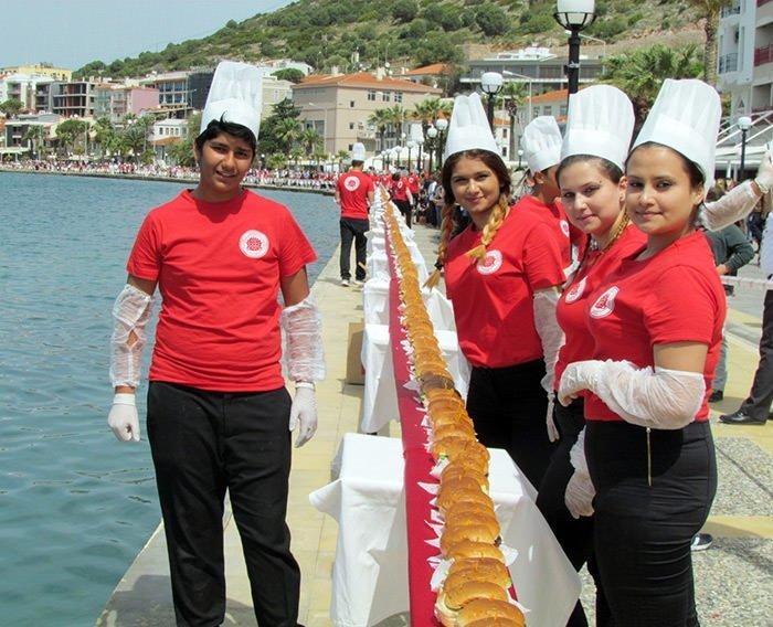 Dünyanın en uzun hamburgeri yapıldı