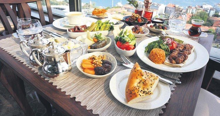 Geleneksel Türk lezzetleriyle iftar sofrası