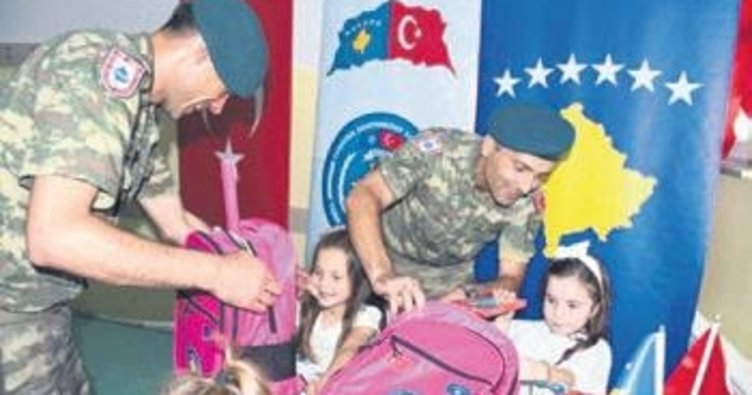 Türk askeri Kosovalı öğrencilerin yüzünü güldürdü