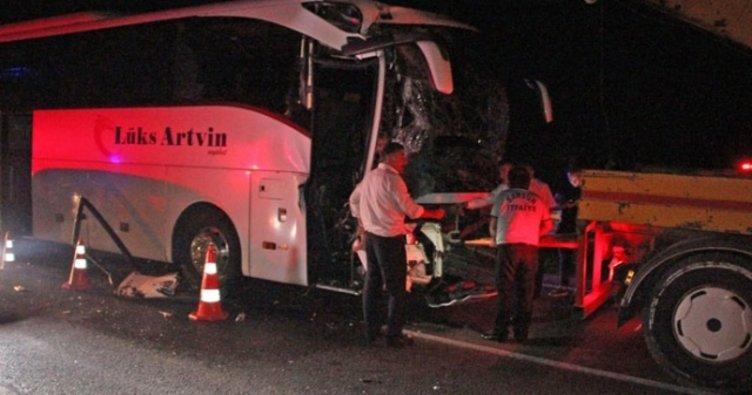 Yolcu otobüsü ile tır ile çarpıştı: 11 yaralı
