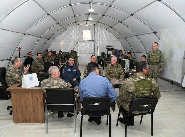 Genelkurmay Başkanı Hulusi Akar Irak sınırında birlikleri denetledi