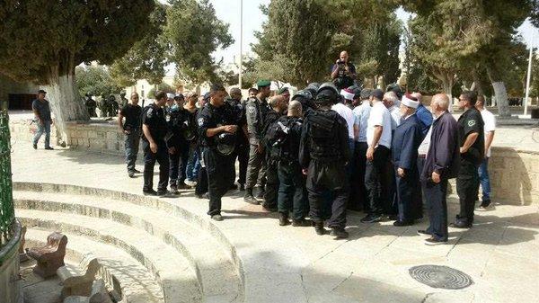 İsrail güçleri Mescid-i Aksa'yı bastı