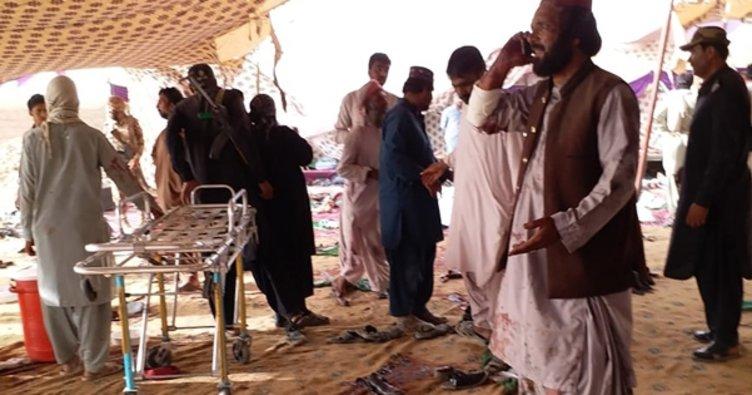 Pakistan'da mitingleree bombalı saldırı: En az 128 ölü