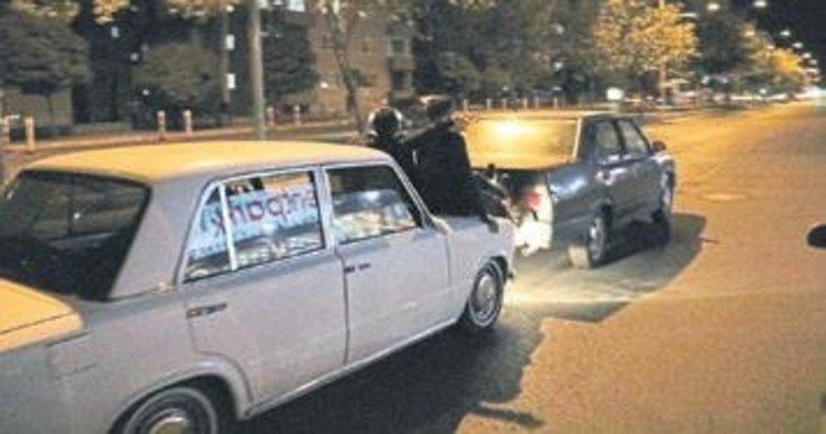 Yakıtı biten otomobili böyle götürdüler