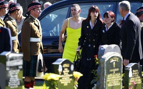 Cenazeye kadın kıyafetiyle katıldı