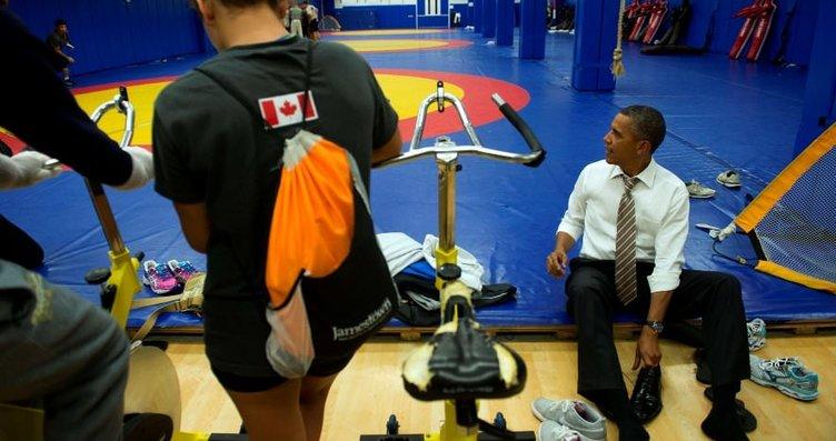 Obama kösele ayakkabıları çıkardı, çoraplarıyla...