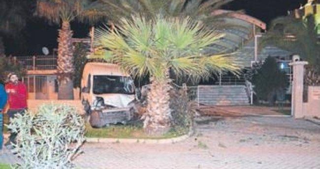 Alkollü sürücü camiye çarptı