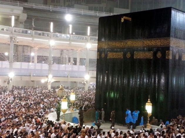 Sağanak yağış altında Kabe'de namaz ile ilgili görsel sonucu