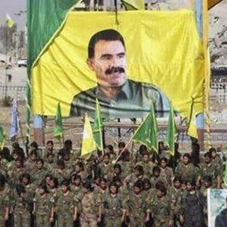 Rakka'ya gelen PYD'lilerin ilk işi ele başı Öcalan posteri açmak oldu
