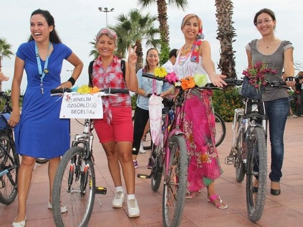 'Süslü kadınlar' yollarda