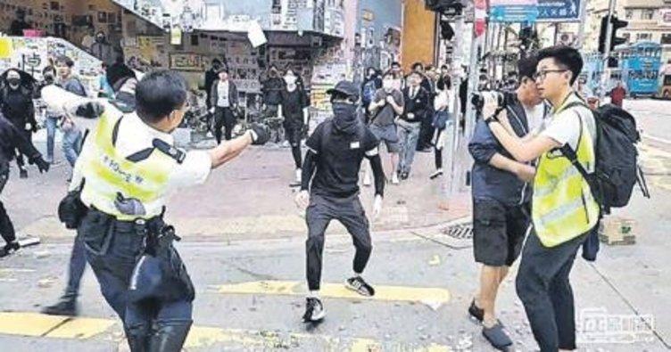 Hong Kong'da polis canlı yayında protestocuyu vurdu
