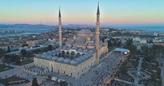 Fatih Camisi avlusunda iftar