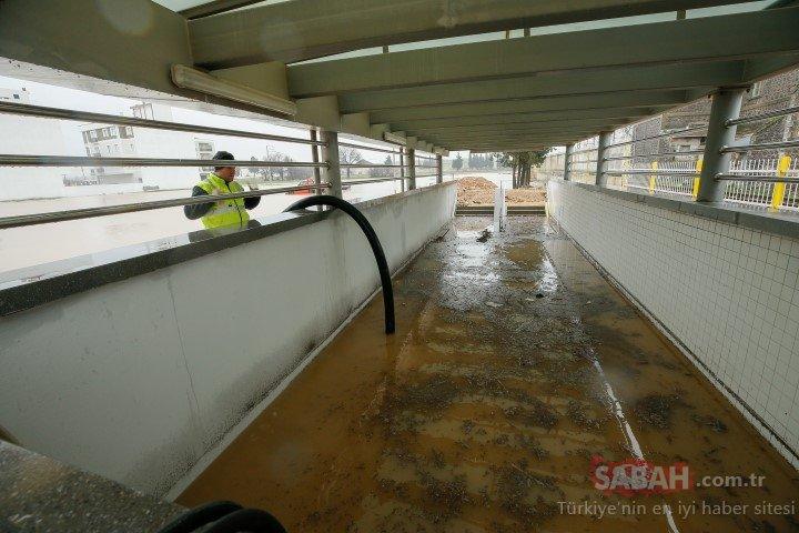 Aşırı yağış yüzünden tren seferleri durdu, yol kapandı, işçiler kepçeyle...