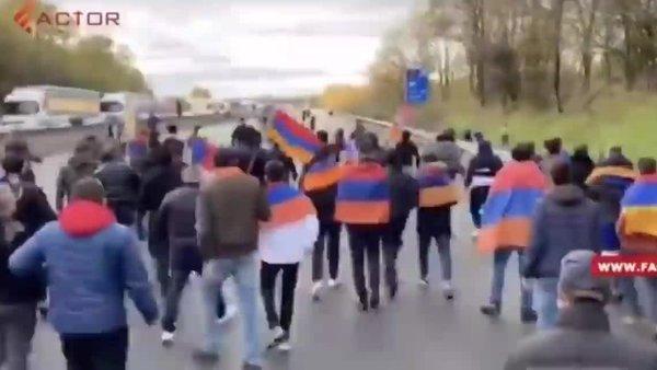 Son dakika! Fransa'da yol kesen Ermeni eylemciler Türklere saldırdı: 5 yaralı   Video