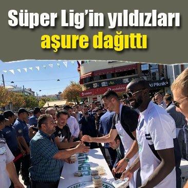 Konyasporlu futbolcular aşure dağıttı