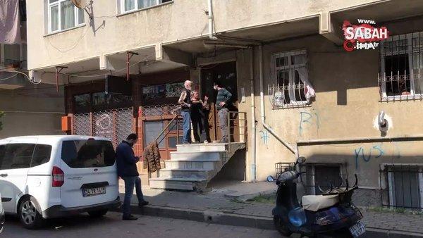 İstanbul'da uzun namlulu silahlarla apartmana giren kişiler mahalleliyi sokağa döktü | Video