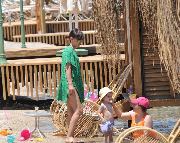 Okan Kurt eşi ve kızının rahat etmesi için plajda bakın ne yaptı