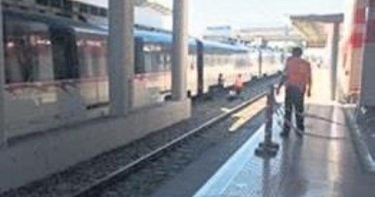 Trenin önüne ölüme atladı