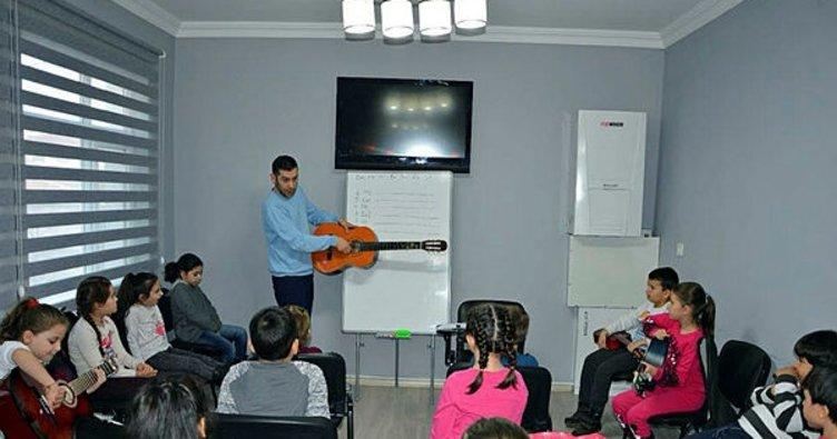 Öğrenciler ücretsiz keman ve gitar öğreniyor