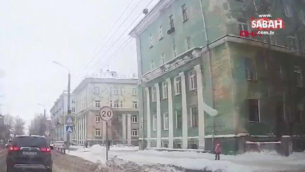 Rusya'da üzerine buz kütlesi düşen küçük kız ölümden kıl payı kurtuldu | Video