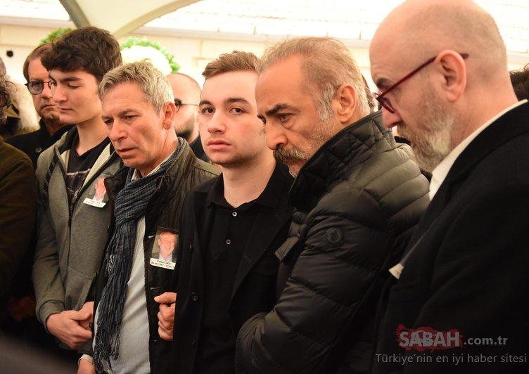 Demet Akbağ'ın oğlu Ali Çika'yı Yılmaz Erdoğan teselli etti! Zafer Çika'nın cenazesinde duygu yüklü anlar