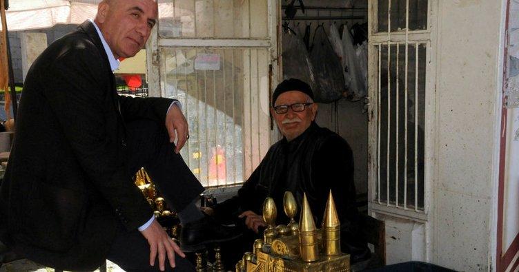 73 yıldır aynı cami önünde ayakkabı boyuyor