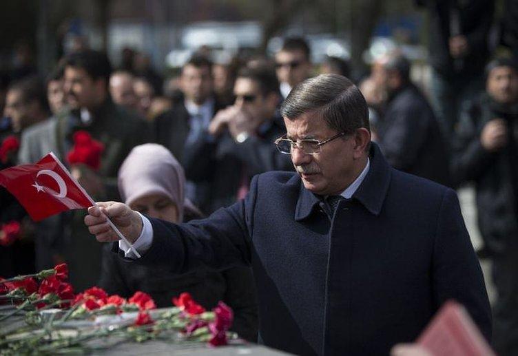 Davutoğlu Kızılay'da karanfil bıraktı