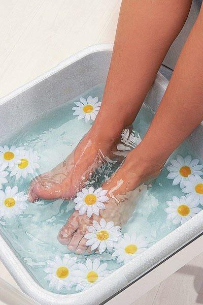 Şişen ayaklara buz dolu kovada masaj