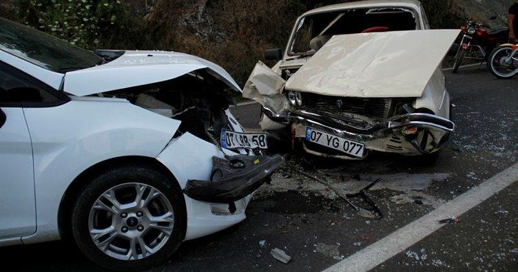 Otomobiller kafa kafaya çarpıştı: 12 yaralı!