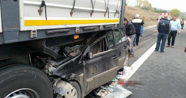 Otomobil TIR'ın altında kaldı: 2 yaralı