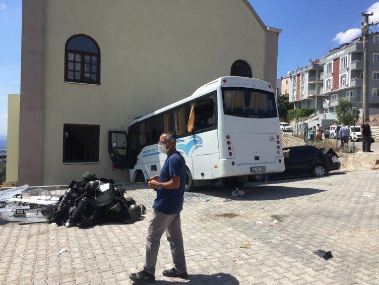 Jandarma ekibini taşıyan midibüs kaza yaptı: 1'i ağır 8 yaralı