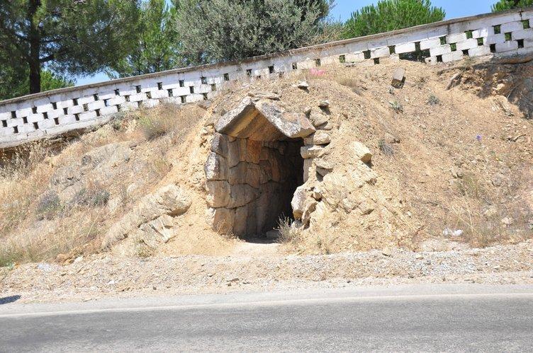 Tarihi mezar odası definecilerin talanına uğradı