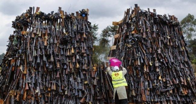 Kenya'da binlerce silah yakıldı