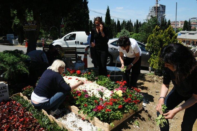 Alp'in mezarlığı çiçek bahçesine döndü
