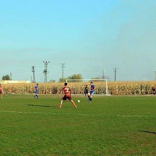 Köylüler, mısır tarlasını futbol sahasına dönüştürdü