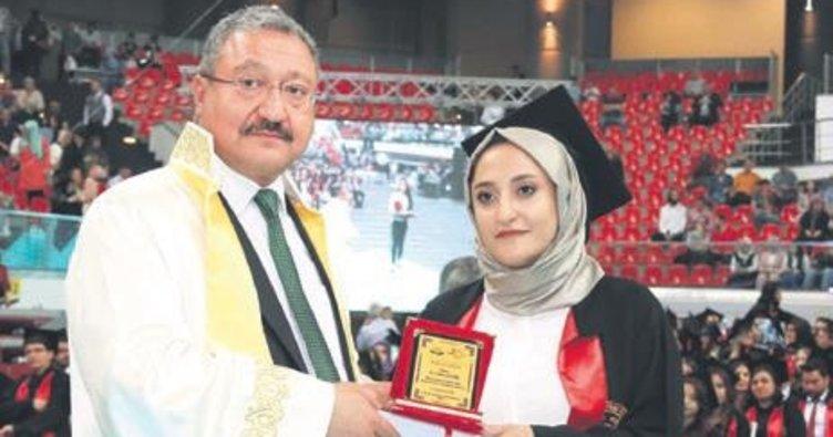 Rektör babasından diplomasını aldı