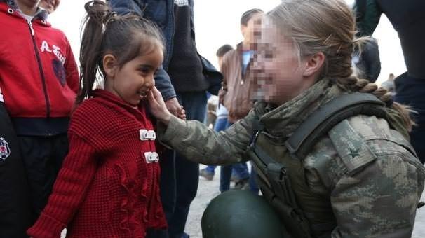 Hakkari'de kadın subaydan çocuklara destek
