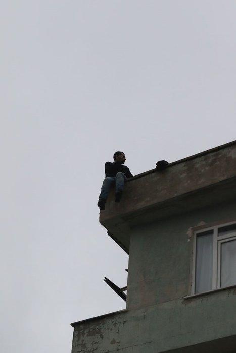 5'inci kattan atladı, hava yatağı hayatını kurtardı