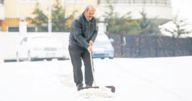 Başkentte yüksek kesimlere kar yağdı
