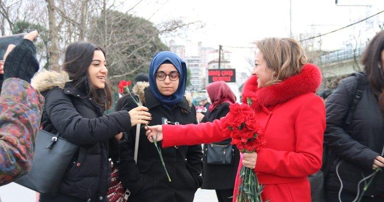 AK Parti adayı Özgül Özkan Yavuz, karanfil eşliğinde Kadıköy'e talip oldu