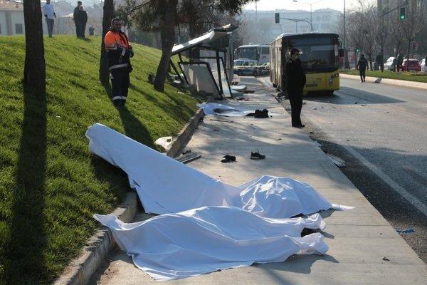 Üsküdar'da otobüs durağa daldı!