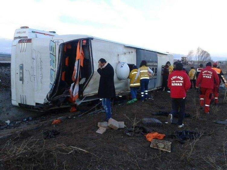 Sivas'ta yolcu otobüsü devrildi