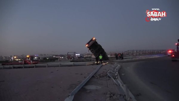 Gebze'de tır kazası. Asılı kalan tırın içinde kurtarılmayı böyle bekledi | Video