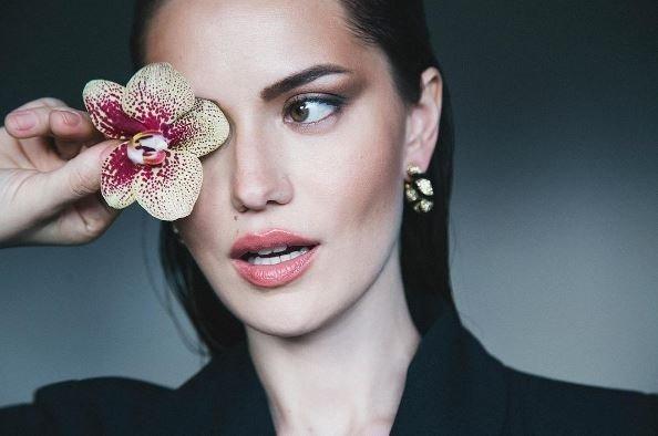 Fahriye Evcen'in pozu Victoria Secret meleği Taylor Hill'in pozunun kopyası çıktı