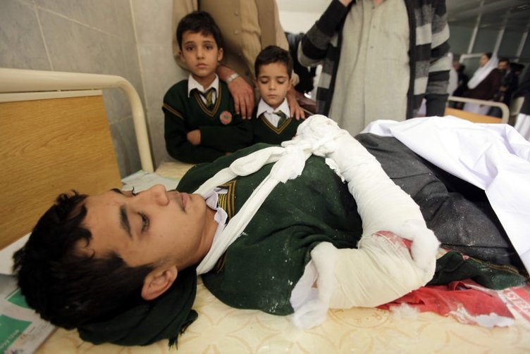 Pakistan'da okula kanlı saldırı