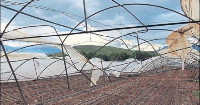 Kumluca'da rüzgar seraları yıkıp geçti