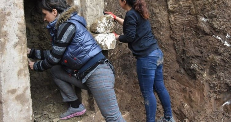 Antalya'da 2 bin 400 yıllık kaya mezarı ortaya...