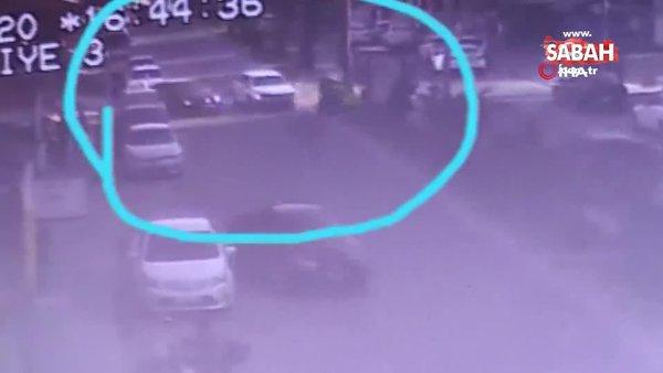 Motosikletli gençler önce otomobile ardından da reklam panosuna böyle çarptı | Video